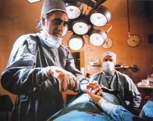 Plastikkirurgen Dan Keloid (Howard Ryshpan) använder en radikal ny teknik för att rädda livet på Rose (Marilyn Chambers) till ödesdigra konsekvenser i
