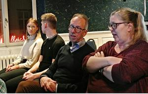 Bland åhörarna sågs bl.a ordförande i T 3:s Kamratförening Kjell Åström. Till höger Barbro Sjödahl arbetsledare på Sollefteå bilddatabas en stor tillgång beträffande anskaffning av bilder till I 21:s och T 3:s kamratföreningars studiecirklar.  Foto: Karl-Erik Svensson