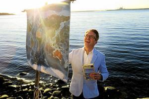 Daniel Hallbygård har skrivit en bok om två syskon som bygger en flotte och ger sig i väg på äventyr.
