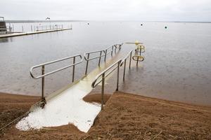 Eftersom bara hälften av rampens delar är utlagda kommer alla inte tillräckligt långt ut i vattnet för att kunna bada.