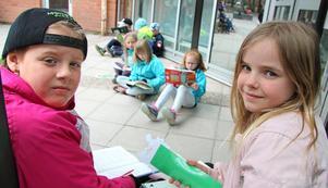 """Gabriella Larsson och Tilde Vidman tillsammans med flera av sina läsande klasskompisar i 2B på Starbäcksskolan. """"Jag gillar sportböcker"""", säger Gabriella som läser """"Luddes salta sommar"""" av Viveca Lärn. För Tilde är det hästböcker som gäller, särskilt serien om """"Glimma""""."""
