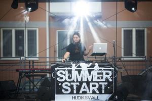 Matilda Brandström, 16 år och från Delsbo, började kvällens spelningar innan Engmans kapell senare tog över.