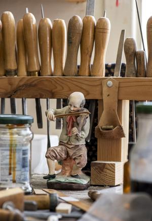 En spelande träfigur som passar bra bland verktygen. Foto: Berit Djuse