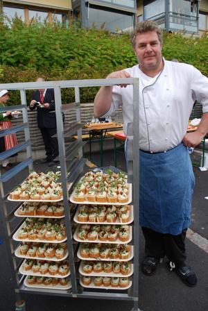 Kocken Jonas Skinnar såg till att alla fick en tårtbit med äkta lingondekoration.