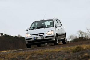 Höga farter, lägre komfort. Testbilen är ganska potent upp till cirka 100 kilometer i timmen för att sedan tappa i kraft och släppa in motor- och vägljud.