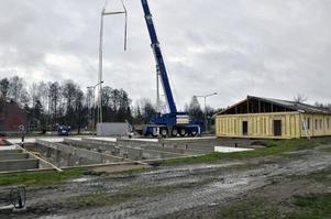 På plats. Här ska modulerna stå, vid Nya Kanalskolan i Laxå. De första är redan på plats.