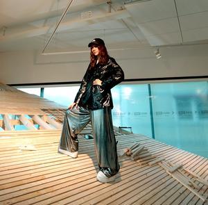 Snövit Hedstierna skärskådar jämställdheten i den nya utställningen på Norrtälje konsthall.