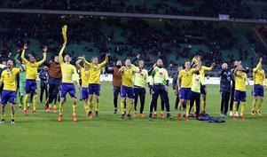 Sverige firar avancemanget med de tillresta supportrarna i Milano.