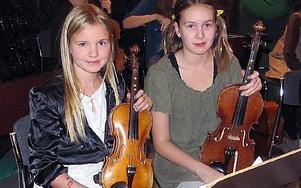 Signe Silander och Jessika Borbos spelar fiol när Dans- och musikskolan i Falun bjuder kommunens förskolebarn på musikteatern Över stock och sten.