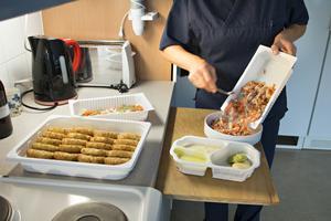 Lunchen och middagen kommer i engångsförpackningar i plast som går att värma i ugnen. Men innan maten serveras läggs den över i porslinsskålar som ställs fram på bordet.