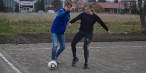 Kalle Darzins mot en av lärna i en koncentrerad kamp om bollen.