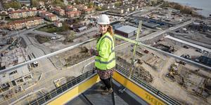 Anna Rensvik högst upp på taket.
