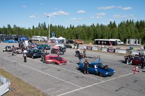 Alla möjliga bilar i olika former står redo för att köra fram till startlinjen.