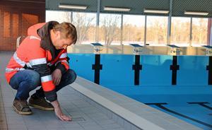 Vid avrinningsbrunnarna mot baksidan av badhuset är lutningen som störst. Byggprojektledare Thony Eriksson betraktar golvarbetet som gjorts under ledning av entreprenören Leaugit AB.