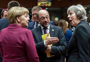 Förbundskansler Angela Merkel från CDU tillsammans med Martin Schulz, partiledare för SPD (när bilden togs var han talman i Europaparlamentet) och Storbritanniens premiärminister Theresa May diskuterar Brexit. Foto: AP Photo/Geert Vanden Wijngaert