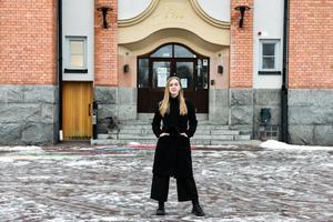 Anna Moraeus framför musikskolan i Orsa där hon en gång i tiden hade sin musikaliska hemvist.