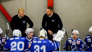 Tränaren Patrik Fagerlund, i mitten av bilden, har en del att fundera på efter förlusten mot Borlänge. Foto: Stefan Lindgren