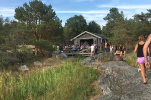 Båtägare kan lägga till vid bryggorna eller klipporna ett stenkast från Båtshaket på Ålö.