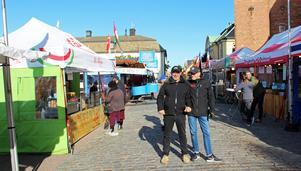 Nu är Internationella matmarknaden i Falun för sjätte året. Francois-Xavier Mauraisin, matmarknadschefen och Lars Westin, centrumutvecklare i Falun, här på Stora Torget, där det finns mat från 27 olika länder.