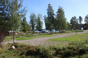 Husvagnsparkeringen på Främby udde idag. Tomten kan bli platsen där tvåvåningslängor byggs enligt de nya ägarnas framtidsvision för udden.