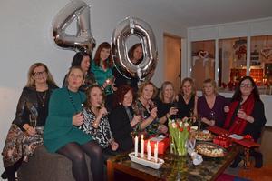 Här är tolv av de 13 Sandvallabrudarna samlade för 40-årsjubileum. Längst bak sitter Åsa Bjurquist Eriksson, Margareta Sundin, Katarina Lövgren och Maria Åström. I raden framför Irja Carlsson, Gitte Lorentsen, Carina Enström, Ulrika Eriksson, Lena Holmlund, Karin Åström, Anna Ivarsson och Elisabeth Balazsi. Saknas gör Annika Penn.