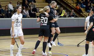 Jessica Carlsson jublar och klappas om av lagkamrater efter ett av sina mål. Gästernas Alice Lindell kunde däremot hålla sig för skratt. Foto: Stefan Lindgren