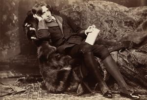 Den omanlige mannen. Den 30-årige Oscar Wilde med gammaldags kostym och böljande hårsvall 1884. Foto: Napoleon Sarony