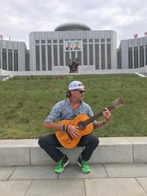 Niclas Sjögren tog med sig en gitarr när han reste till Nordkorea. Nu är det snart dags för scendebut. Foto: Privat