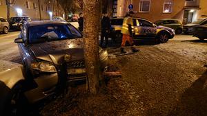 I söndags körde en bil in ett träd på Hillmanskroken på Brynäs. Bild: Roger Nilsson.