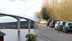 Signaturen Alnöbo är trött på trafiken till och från Alnö och tycker att det vore bättre för miljön, säkerheten och ekonomin att bygga en ny bro. Bild: Ove Öst / Håkan Humla