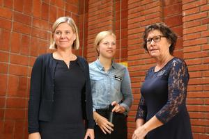 Magdalena Andersson (S), Amanda Magnusson, ordförande i Allérådet och Marie Kilk, skolchef.