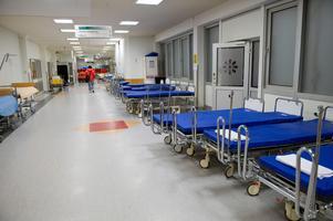 Tomma sjukhussängar och britsar i en korridor på Danderyds sjukhusFoto Bertil Ericson/TT