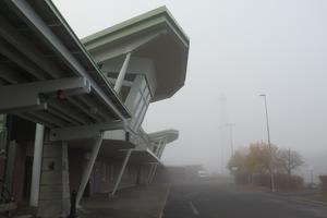Dimman ligger tjock över flygplatsen.