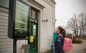 """Ofta på resande fot. Katherine behövde byta tåg flera gånger och till buss från Mora för att komma till skidgymnasiet i Sveg. """"Det tar bara cirka sex timmar att resa""""."""