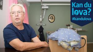 Peter Svedbjörk i sin 95-åriga mamma Mauds rum på Attendos äldreboende Vårdbo i Norrtälje.