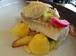 Den ugnsbakade torsken med rostad potatis, currymajonnäs och picklade grönsaker är god.Foto:Lunchkollen