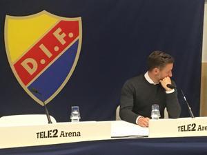 En besviken Axel Kjäll på presskonferensen efter förlusten på Tele2 arena.