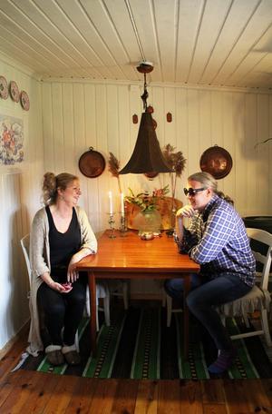 Katarina och Johan i köket, där de vanligtvis inte sitter.