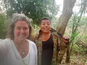 Ann och skogsvakten Armando städar upp I regnskogen.