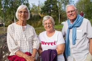"""Berith Jansson från Baggå med Nelly Hjulin och Sören Hjulin från Skinnskatteberg. """"Det är kul att se nya människor. Det är så duktiga på att sjunga. Det är kul att det ordnas något i byn"""", säger Nelly Hjulin."""