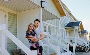 Dauod Farid flyttade med sin sambo och två barn in i radhuset som familjen Forsberg bott i tidigare. Här med dotter Astrid, 5 år.