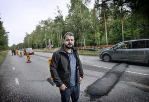 Sebastian Sardar tar nu omvägar till jobbet, eftersom familjens Passat är för låg för att kunna passera den 600 meter långa sträckan intill kommunens VA-arbete i Vivalla.