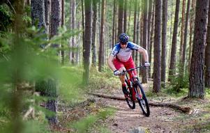 Atle Hansen gillar att röra på sig och i dag är främst på en mountainbike som han håller flåset uppe.