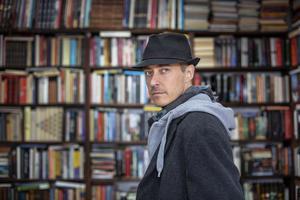 Hannes Råstam sågs ofta i hatt och scarf. Här i Jonas Karlssons skepnad Foto: Nordisk film