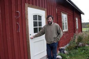 Den påbörjade renoveringen av ladugårdsbyggnaden, där Anders bland annat skulle inreda ett hemmakontor, fick avbrytas. Ekonomin tillåter ingen fortsättning.