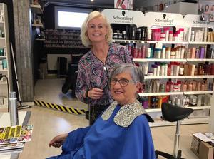 Stina Landgren driver Hela Du och är själv frisör. Här gör hon Berit Widholm vårfin i håret.
