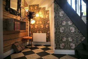 Petra berättar att hon är ett  William Morris-fan vilket syns på tapeterna som finns i det första rummet i huset.