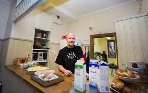Gävlebon Claes-Gunnar Moström har precis avklarat en behandling mot sitt alkoholmissbruk och arbetstränar på Ria sedan ett par veckor. Med fem obetalda hyror fick han hjälp i sista stund av socialtjänsten som nu står på hyreskontraktet.