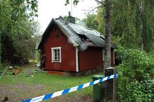 8 september sattes en sommarstuga i Västland i brand. Nu har en 14-årig pojke erkänt att det var han som tände på.