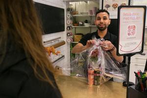 """""""Vi hjälper alla kunder så gott vi kan"""", sa Mohammad när han hjälpte ett par att göra en """"bukett"""" av en krysantemum och fyra burkar energidryck och slog in alltsammans i cellofan. Det var en 22-årspresent till en kamrat till parets dotter."""